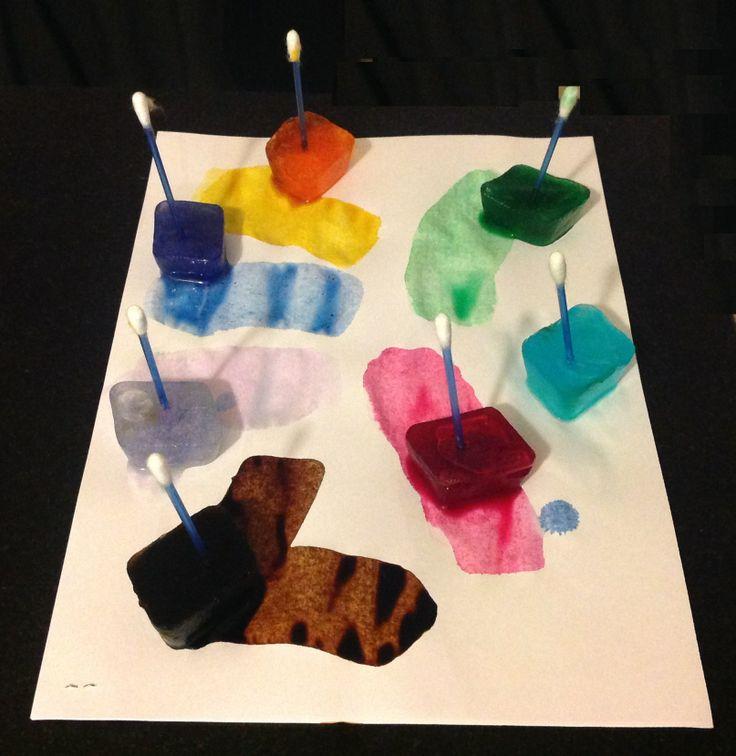 Magia con hielo de colores. Ver aquí http://jugandoconlosmaschiquitos.com/2014/06/21/pintamos-con-hielo/