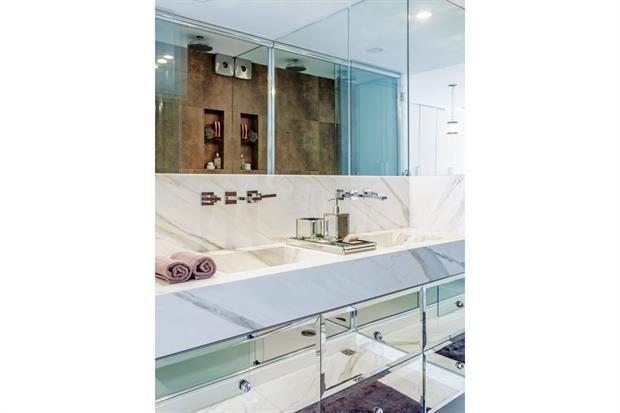 3 vecinos nos muestran cómo decoraron sus casas  BAÑO. Bien elegante, el baño se actualizó con alzada de mármol y muebles con frente de espejo biselado.  /Daniel Karp