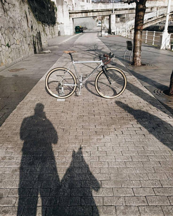 cannondale caad 3 free interpretation / interpretación libre de una cannondale caad 3...antes era de montaña, ahora no es de nada... . . #cannondale #caad3 #gravelbike #bicicleta #velo #fahrrad #bikedeconstruction #ridededa #rideshimano #schwalbe #schwalbetires #carbonfork #laferro #cicloslaferro #bikerestoration #bikeworkshop #tiendadebicis #bikeshop #tallerdebicis #bilbao #bilbaodendak #aldezaharra #kaskoviejo #muellemarzana