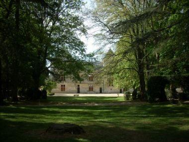 Coulonges-sur-l'Autize, château côté jardin. 3) Au début du XVI°s, Geoffroy d'Estissac décide de poursuivre l'effort entrepris par son père. Celui qui est alors l'évêque de Maillezais et le protecteur de Rabelais, entreprend la construction d'un pavillon massif. Le bâtiment constitue de nos jours l'angle entre les deux ailes du château actuel. Entre 1530 et 1560, c'est le neveu de Geoffroy, Louis d'Estissac, qui assume l'édification finale du château.