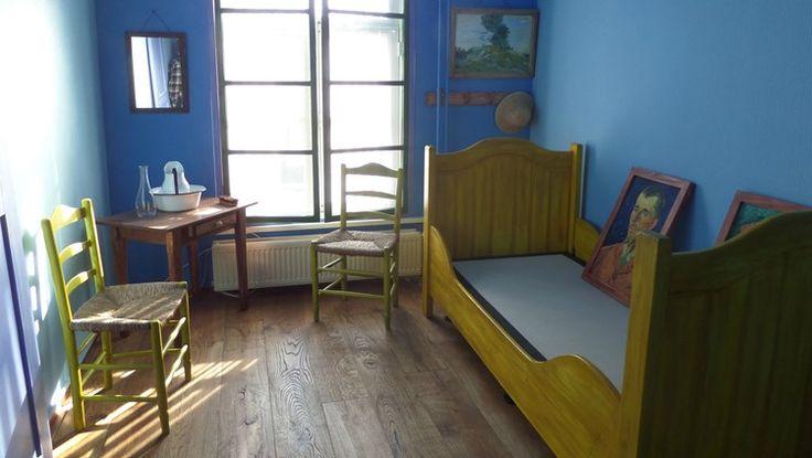 BOXMEER  - Ontwaken als een Vincent van Gogh! Vanaf zondag kan het in Boxmeer. Een hotel daar heeft het beroemde schilderij van Van Goghs slaapkamer in Arles - met dat grote gele bed - als voorbeeld genomen bij de inrichting van een hotelkamer. Een houten vloer en blauwe muren, schilderijtjes aan de muur... Het hotel probeert zo precies mogelijk te werken. Het bed wordt dan ook een éénpersoonsbed... met twéé kussens, net als op het schilderij, dat dan weer wel.