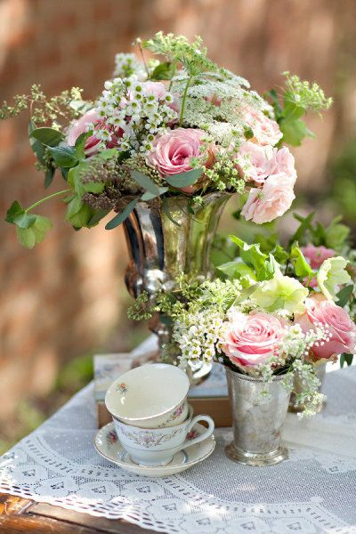 Sweetheart table decoration. Have an empty vase at the table and when the bride and groom arrive, put the bridal bouquet in it as the centerpiece.
