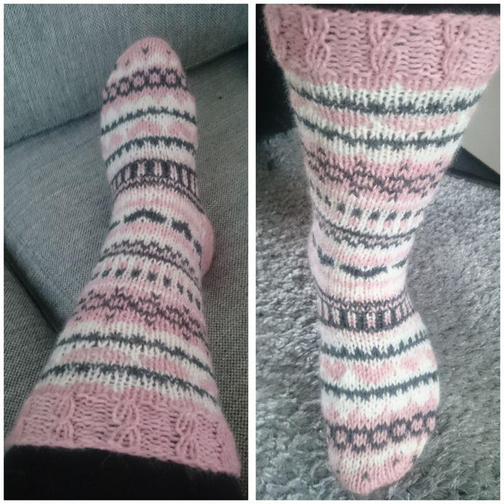 Jeni - perhe sai viimeisen jäsenensä eli äiti  sukat.   Sukat on tehty omalle perheelleni, joten tämän vuoksi  nämä viimeiset ovat äiti...