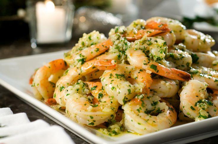 Креветки в чесночном соусе — легкая и быстрая закуска. Приготовить ее можно, когда к вам пришли незапланированные гости. Готовится закуска просто и все продукты для соуса, как правило, есть в каждом доме. Благодаря чесноку креветки приобретают изумительный вкус и очень аппетитный аромат.