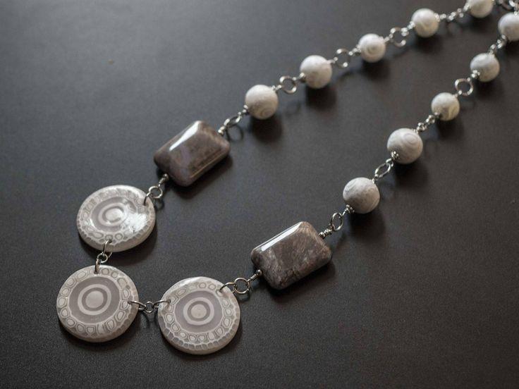 Collana ,bianco, grigia, con perle e murine in fimo e pietre dure di NinettaBijoux su Etsy