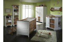 Borovicový nábytek pro miminka v kombinaci bílé barvy a hnědého dřeva.