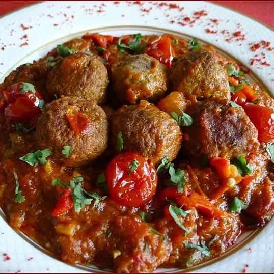 Les chiftele sont des boulettes roumaines dans lesquelles la viande est hachée avec des légumes crus avant d'être frites.
