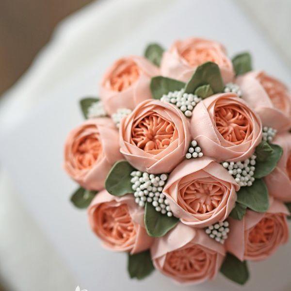 친구 집들이 선물로 주문해 주신 케이크에요~ 결혼식날 받은 부케 모양 그대로 주문해 주셨어요~ 센스있고 특별한 선물에 친구분이 정말 좋아하셨을거 같아요~ 친구분들과 즐거운 시간 보내셨길 바랍니다~^.^ . . . #블랑비케이크 #플라워케이크 #블라썸 #당근케익 #잉글리시로즈 #집들이 #줄리엣로즈 #부케 #플라워케익 #케이크 #취미 #디저트 #선물 #베이킹 #케익스타그램 #꽃스타그램 #꽃케익 #버터크림케이크 #버터크림플라워케이크 #합정 #홍대 #flowercake #flower #cake #dessert #buttercreamcake #buttercream #class #koreanflowercake
