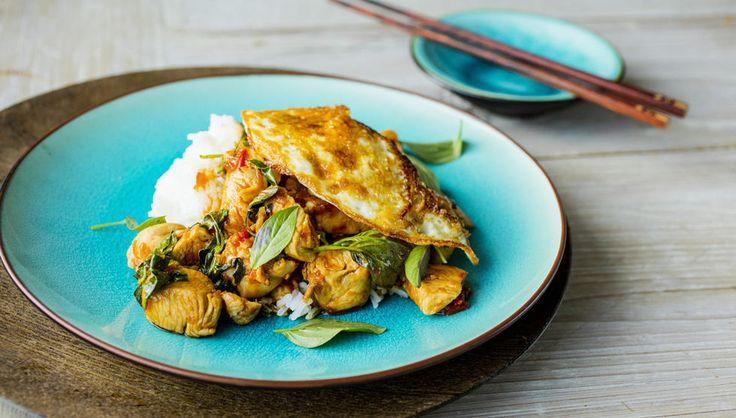 Dette er en smakfull kyllingrett inspirert av Thailand - med innslag av chili, hvitløk og thailandsk basilikum.    Chili er en av hovedingrediensene i denne retten og mengden kan varieres etter egne preferanser. Husk at hvis du fjerner frøene så fjerner du samtidig litt av heten. Den andre viktige ingrediensen er thailandsk basilikum. Den dufter herlig aromatisk og har en mild anissmak som tilfører retten en annen dimensjon. Får du ikke tak i det kan vanlig europeisk basilikum brukes som…