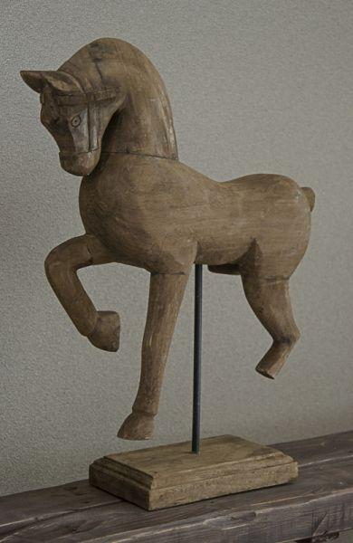 Houten paard op standaard