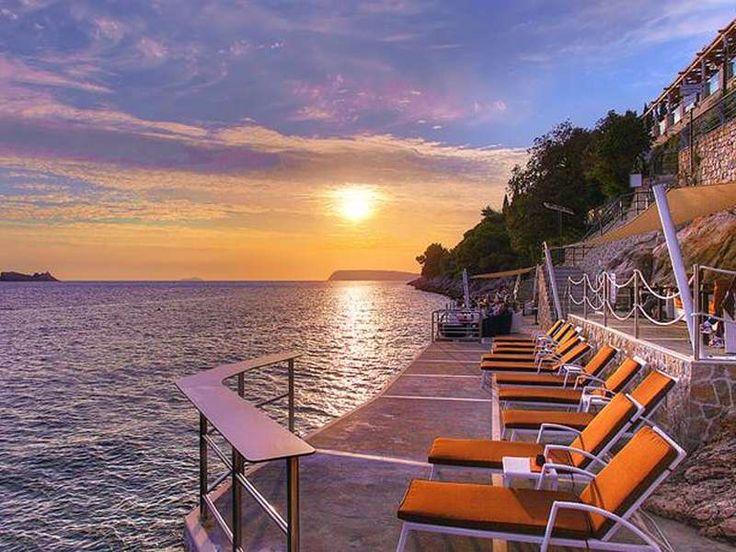 Boutique Hotel More  Algemeen  Boutique hotel More is een kleinschalig luxe hotel gelegen op het schiereiland Lapad op 35 km van het centrum van Dubrovnik. Het ligt direct aan zee met fantastisch uitzicht en omgeven door een prachtig mediterraan landschap. Het hotel ligt verhoogd boven zee minder geschikt voor mensen die slecht ter been zijn. Een klein privé rotsstrand met ligplateaus met ligstoelen parasols (gratis) en handdoekenservice bevindt zich direct onder het hotel. Naast het strand…