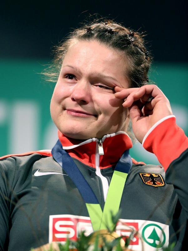 Mit der Goldmedaille über den Schultern und Tränen im Gesicht genießt Christina Schwanitz Siegerzeremonie. Die Kugelstoßerin holte bei der Hallen-EM der Leichtathleten ihren ersten internationalen Titel. (Foto: Christian Charisius/dpa)