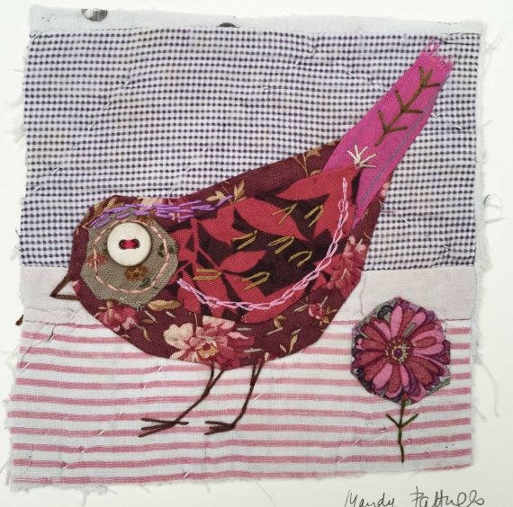 Unframed opgestikte vogel met borduurwerk op vintage quilt fragment