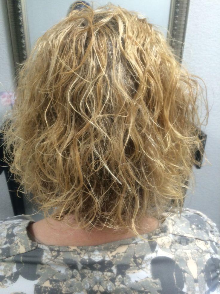 Een permanent altijd stijf en kroezig? Alleen maar mooi in kort haar..? Dacht t niet! Mooie grove krul gerealiseerd in half lang haar voor een natuurlijk effect en langdurig plezier. ☺️