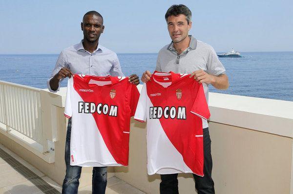 Eric Abidal y Jeremy Toulalan muestran sus camisetas del Mónaco
