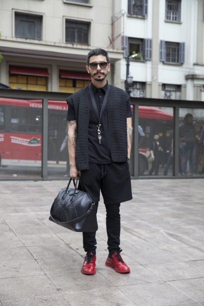 Rodrigo Polack veste colete e polo Alexandre Herchcovitch, tênis e óculos Prada, bolsa e colar Givenchy e calça Burberry