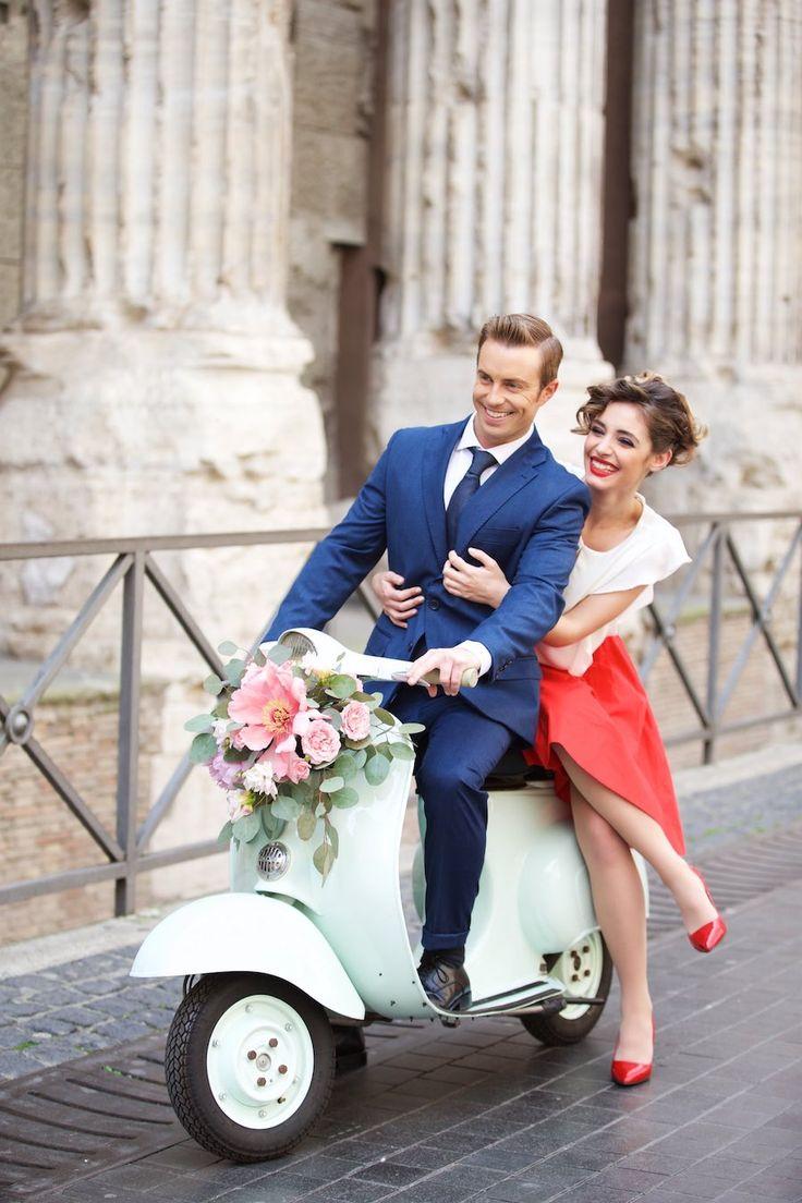 Una engagement session a Roma dall'atmosfera anni '50 rivisitata in chiave moderna. Colori vivaci, una Vespa e una proposta di matrimonio a sorpresa.