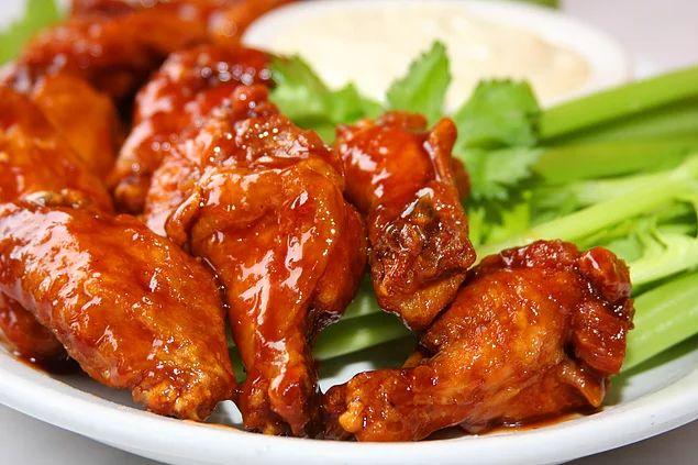 Buffalo Wings yani acı soslu tavuk kanatlarını evde yapabileceğinizi söylesem?