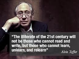 """""""Los analfabetos del siglo XXI no serán aquellos que no sepan leer ni escribir, sino aquellos que no puedan aprender, desaprender y reaprender.""""- Alvin Toffler"""