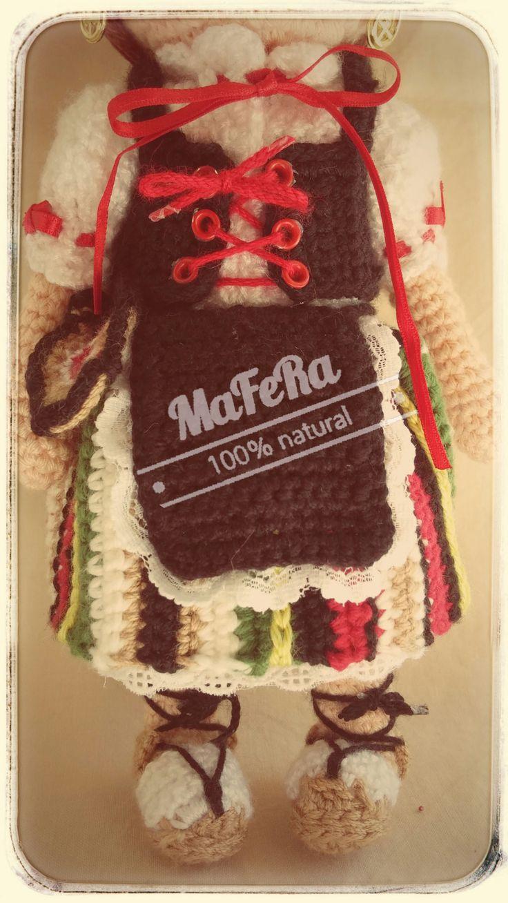 Detalle del chaleco, delantal y faldriquera de manchega elaborados en crochet.
