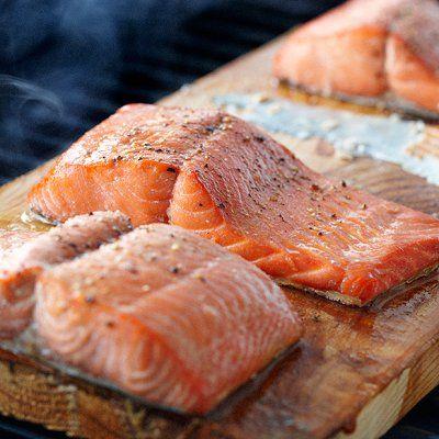 Voilà une excellente façon de donner un léger goût de fumée à certains mets. Il suffit de déposer une pièce de poisson ou de viande sur une planche de bois non traitée et humidifiée, puis de déposer le tout sur la grille du barbecue (au gaz ou au charbon de bois).