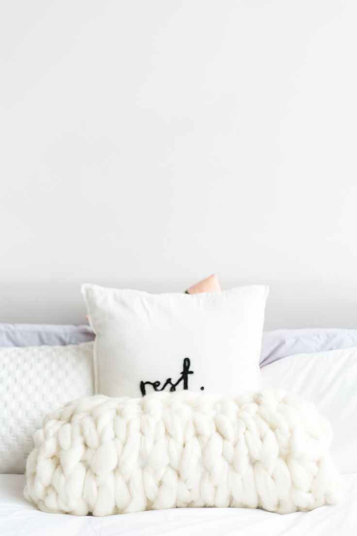 Want to knit but don't have the time? This DIY arm knitted big wool cushion cover takes less than an hour. Who doesn't have time for that!?