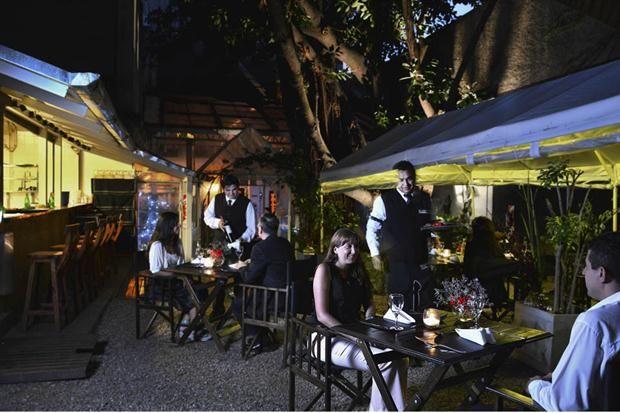 Restós con patios y terrazas para disfrutar de noche- CLUB DEL PROGRESO (Sarmiento 1334)