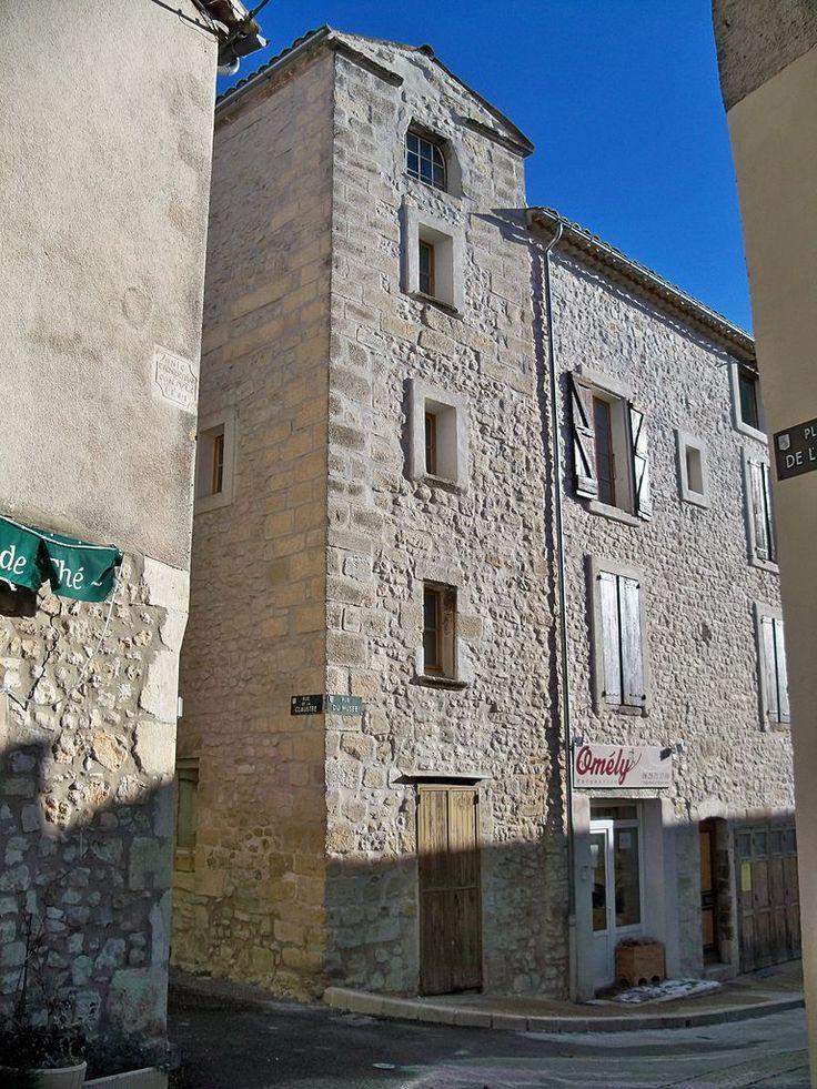 """Maison """"en hauteur"""" à Sault, Vaucluse, Provence - France - L'originalité de ce type de maison """"en hauteur"""" résidait dans le fait que les bêtes occupaient le rez-de-chaussée, tandis que les gens vivaient dans les deux étages au-dessus. Suivant une tradition méditerranéenne, ce type d'habitation villageoise superpose sous un même toit le logement des humains à celui du bétail. La """"maison en hauteur"""" se partage en une étable (plus souvent une remise, de nos jours) au rez-de-chaussée, surmontée…"""