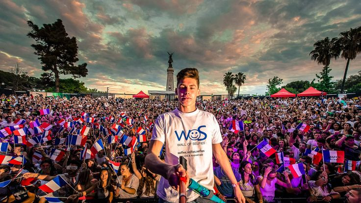 Creator of the Week - $1000 winner!  The World's Largest Selfie captured by Tom Bittmann with 2530 people, his Wall of Selfies app & a Big U-Shot telescopic pole!  Congrats for the new World Record!