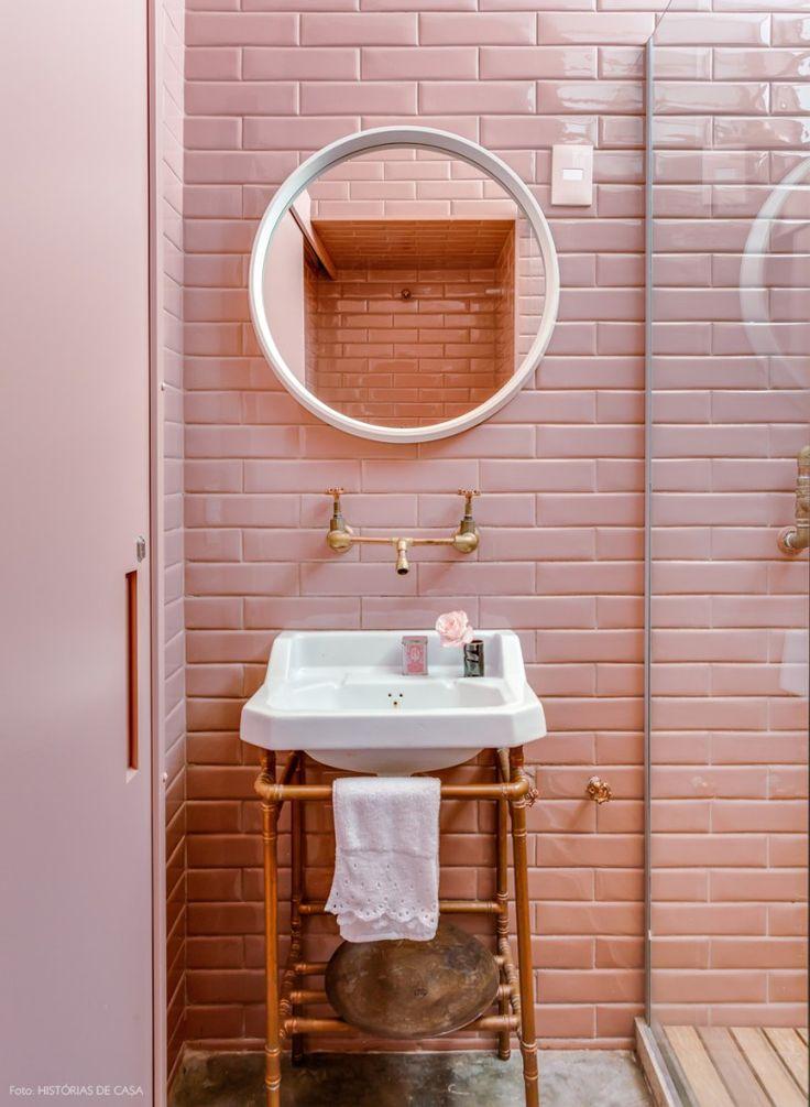 Lavabo tem resvestimento de subway tiles rosa e hidráulica aparente com canos de cobre.