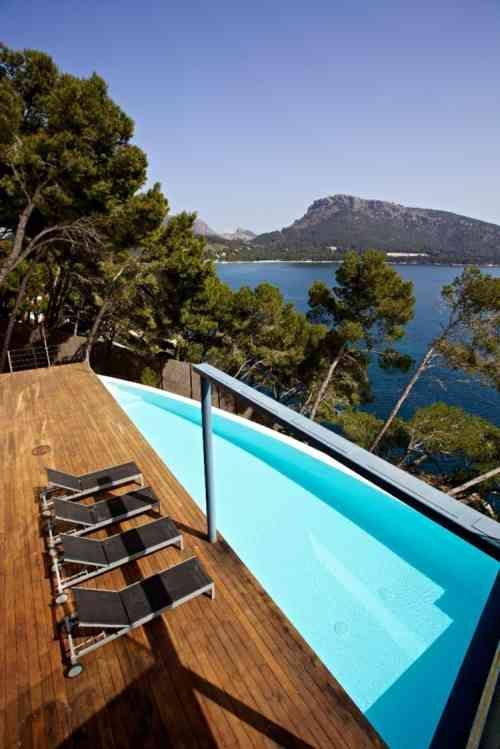 terrasse en bois avec piscine moderne