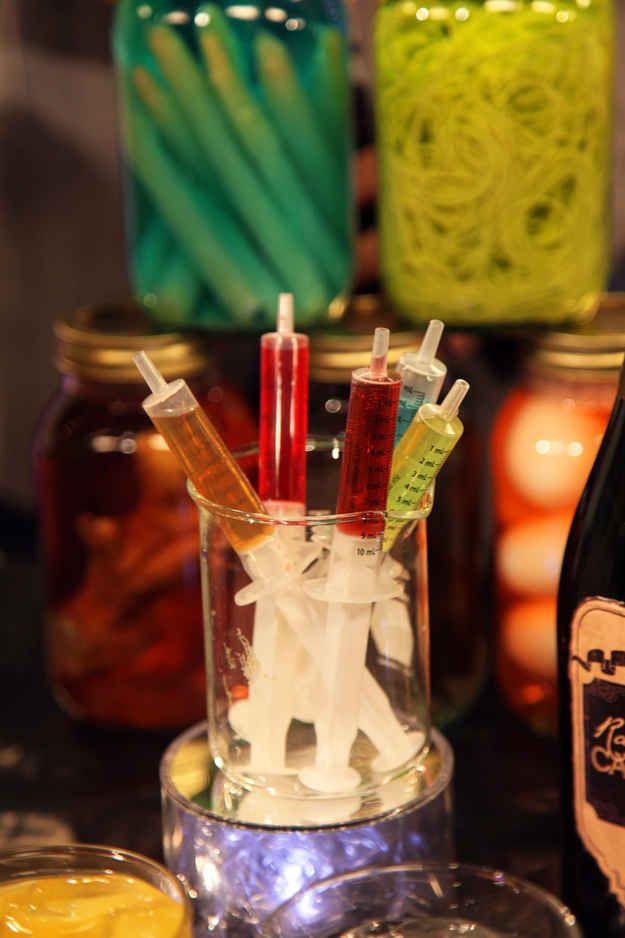 Fruchtsäfte oder bunten Likör in Spritzen füllen - der Hit auf jeder Halloween-Party!