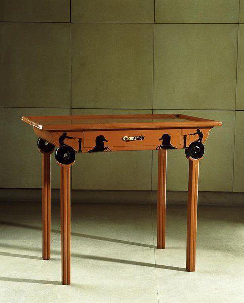 """Eileen GRAY: En bois laqué et ivoire, la"""" table aux chars"""" a été conçue pour le célèbre couturier Jacques DOUCET en 1915, qui a contribué à la faire connaître."""