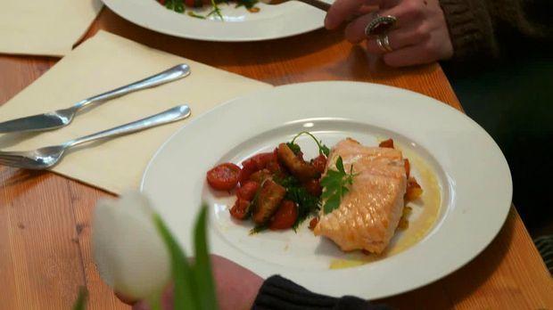 Lachsfilet mit Tomaten-Brot-Salat - Rosins Restaurants - Kabeleins
