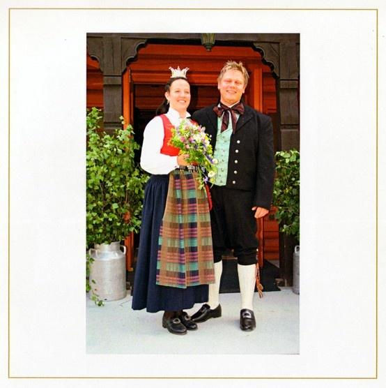 Mannsbunaden til bryllupet er levert av Bunad For Menn på Gaupen i Hedmark