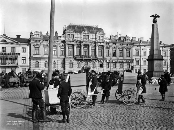 Venäläisiä jäätelökauppiaita Kauppatorilla. Foto: Signe Brander, 1907.