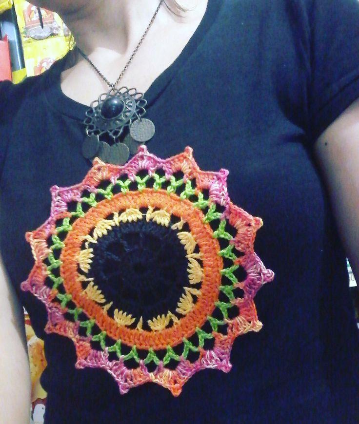 Usei linha na execução. Deixo aqui, dica de uma das possibilidades de uso dessa mandala, customização de uma camiseta simples. Beiji...