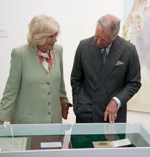 Принц Уэльский и герцогиня Корнуолла с Кайтриона Yeates, внучка художник Джек Батлер Йейтс показывая свои медали и свитки на посещение модель современного центра искусств, в Слайго, Ирландия