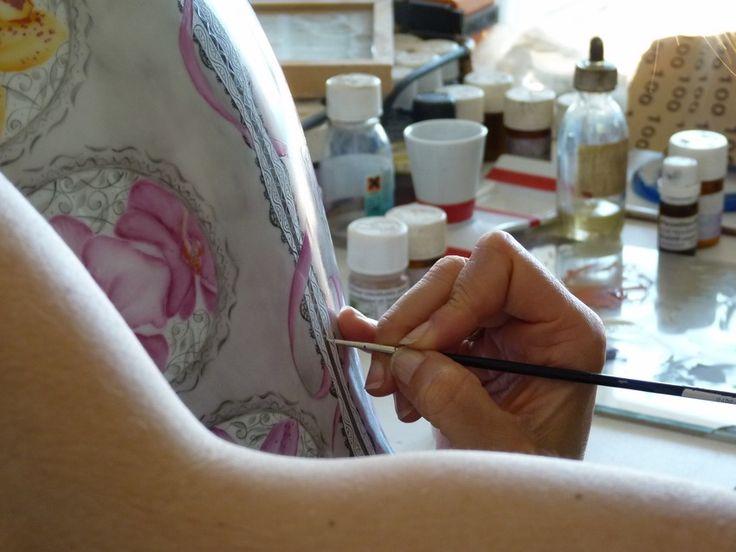 La porcelaine de Limoges traverse les époques grâce à l'alliance de l'art, de l'innovation et du savoir-faire d'artistes. L'Atelier Porcelaine nous émerveille dans cette première partie, en nous plongeant aucœurdes coulissesdeson parcours et de son art. Venez découvrir ce beau portrait d'artiste sur WazaBuzz ! #porcelaine #artiste #art #artisanat