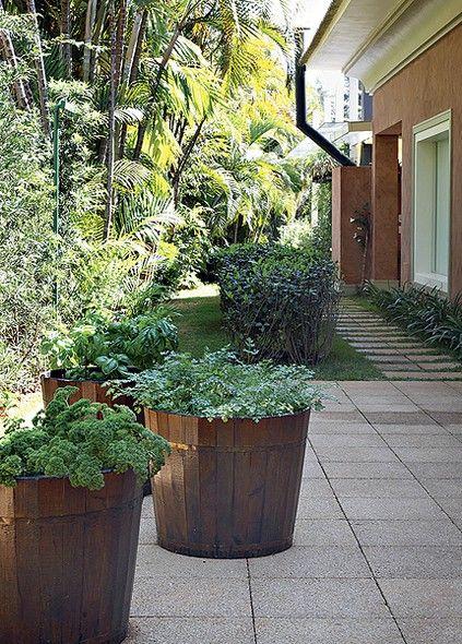 Neste projeto, os arquitetos Beatriz e Eduardo Fernandez Mera, da Mera Arquitetura Paisagística, incluíram tinas de madeira com ervas aromáticas