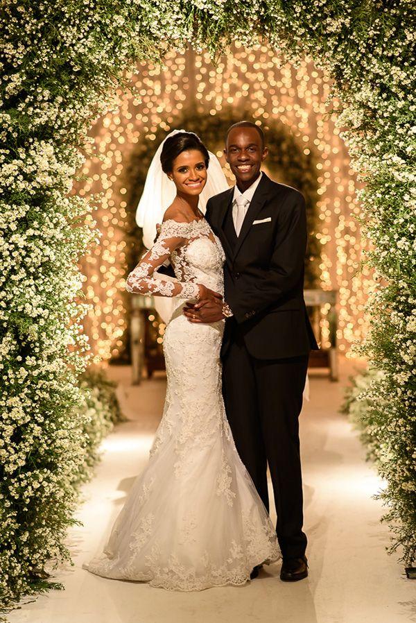 Carolina Gonçalves e Julio Batista tiveram um casamento clássico com decoração em verde e branco. A assessoria foi da Ed Mendes Eventos.