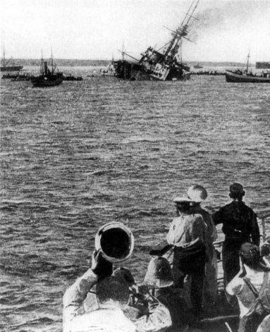 Brittiläinen alus HMS Majestic uppoaa saksalaisen sukellusveneen torpedoimana 27.5.1915 (The War Illustrated, 26.6.1915)