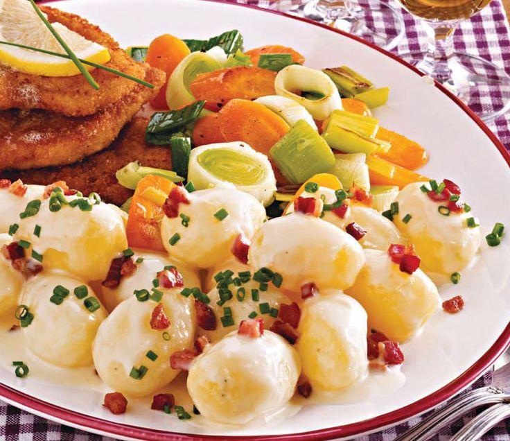 Kartoffeln in Wasser ca. 20 Minuten kochen. Möhren in Scheiben, Porree in Ringe schneiden. Beides in Salzwasser ca. 3 Minuten kochen. Das Gemüse abgießen. Speck würfeln, auslassen. 1 EL Fett zugebe…