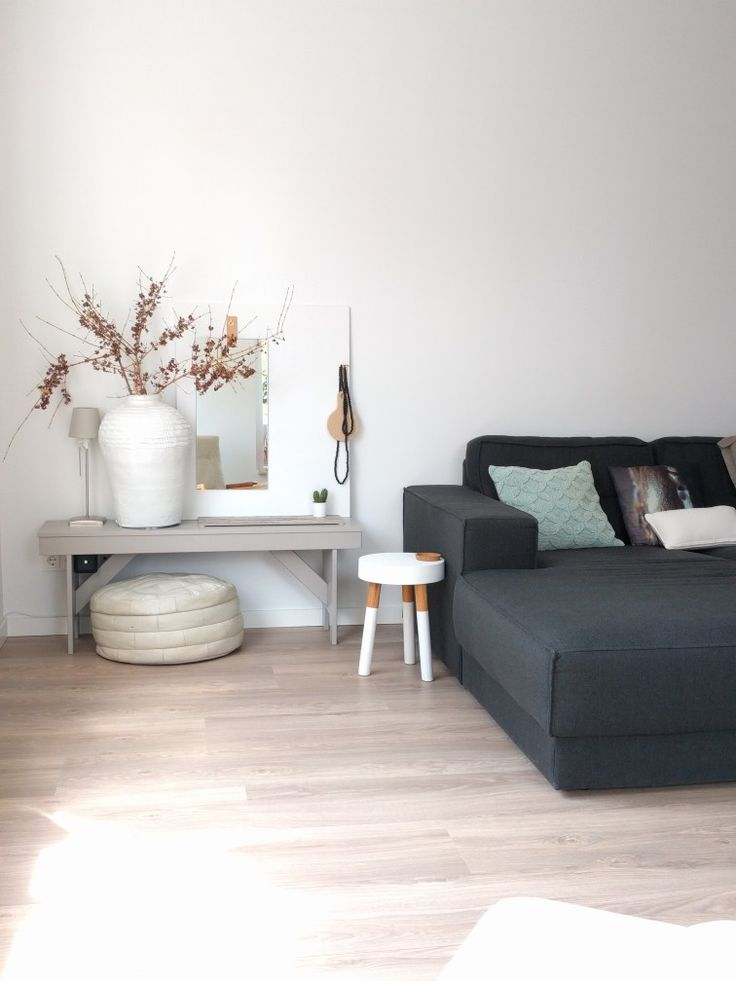 Heerlijk hoekje #woonkamer #wonen #huis #thuis #home #livingroom #styling #interieur #interior #homestyling #interieurstyling #interiorinspo #huisinrichting #interieur #interieurstyling  #white #grey #green #wit #grijs #groen #bank #couch #houten #bankje #wood #bench #bloesemtak #flowers #krukje #stool #kussens #pillows #spiegel #mirror