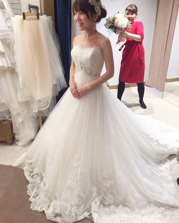 The Sweet Closetでのドレス試着  レースがステキな王道のAラインドレス 胸下のビジューがウエストの位置を高く見せてくれるのでスタイルよく見えました だけどこれどこかで見たことあるような 次のpostへ . #結婚式#プレ花嫁#ドレス試着 #ウエディングドレス#エンゾアニ by nyashu7