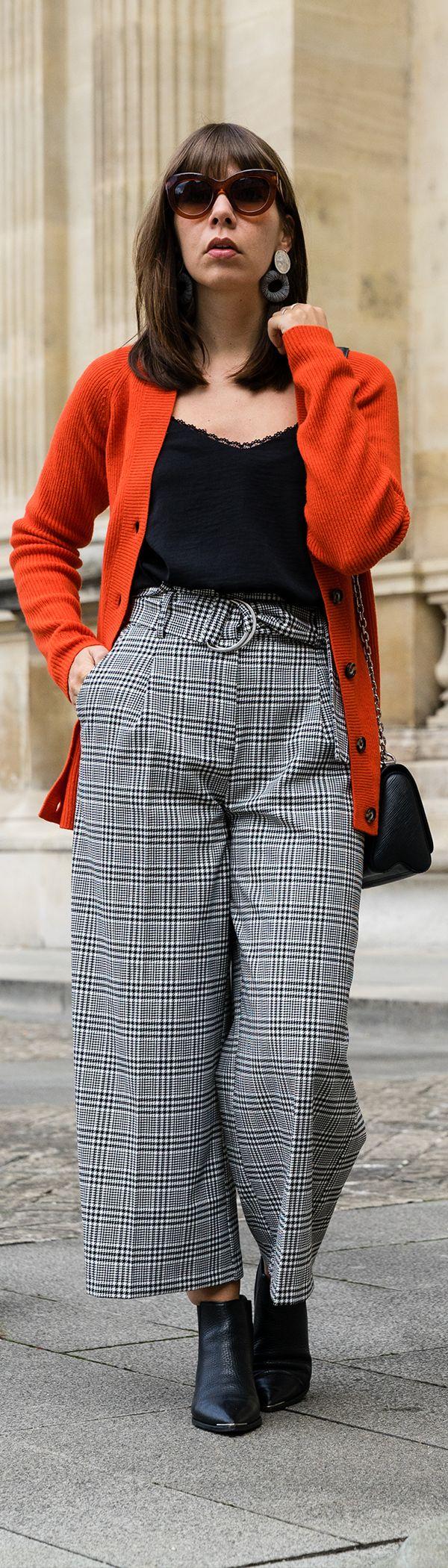 Ein Culotte Outfit ist schnell und einfach gestylt und eine tolle Wahl für den Herbst. Ein Hosenrock mit Hahnentritt-Muster von Asos wird hier mit einem Ganni Cardigan und einem Camisole ergänzt.