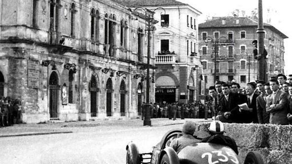 1949: le auto della Mille Miglia sfrecciano davanti al teatro Verdi