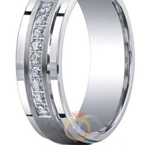Kembali kami perkenalkan cincin berbahan logam solid paladium 50% ke hadapan anda. Desainnya yang sederhana kami kombinasikan dengan tatanan batu zircon putih yang berkilauan. Detil cincin yang tegas semakin menambah kesan elegan. Cincin dengan seri Cincin Kawin Chesa ini merupakan koleksi cinci
