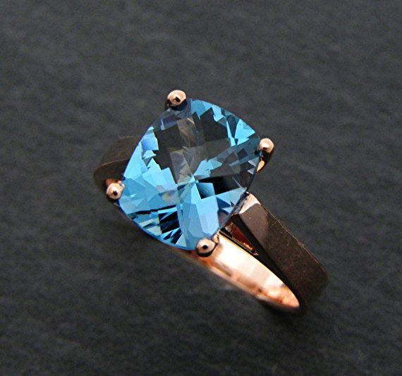AAAA Londen Blue Topaz kussen gesneden 10x8mm 3.00 karaat in 14K Rose gouden verlovingsring. Dit is een prachtige AAAA rang edelsteen die is bijna vlekkeloos met geen zichtbare insluitsels. Levendige kleuren zoals afgebeeld. Deze kleur is de uiteindelijke kleur wanneer op zoek naar het mooie Londen blue Topaz, omdat de meeste zo donker dat het wordt zwart weergegeven. Dit is een natuurlijke edelsteen. Kussen met een dambord top ten slotte een grote steen gesneden. Groot knippen en…