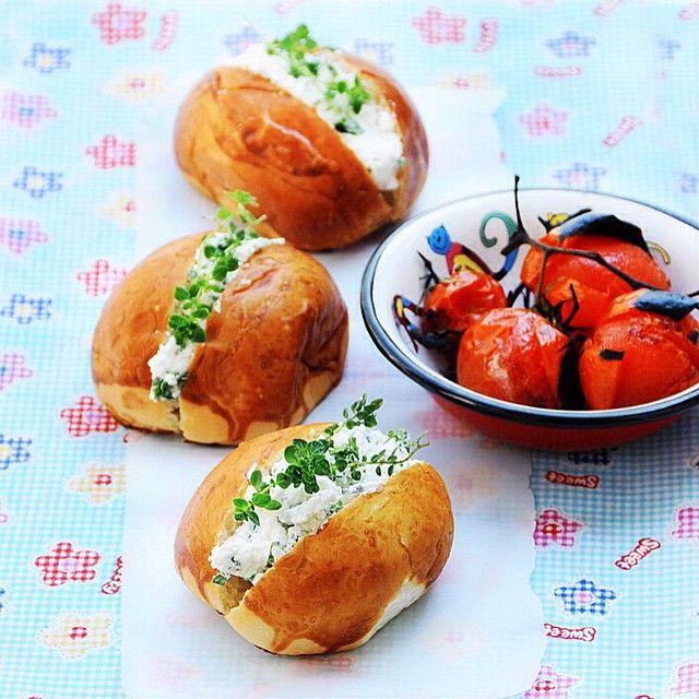 Küçücük bir değişiklik fark yaratır. Bu sefer ekmeği böyle kesin içini labne, krem peynir ve İzmir tulumu rendesi karışımı ile doldurun. Biraz limon kekik ve yanında zeytinyağında pişmiş domates! Yumurta da sizden olsun. Kahvaltımız hazır, bu gün de böyle olsun #peynir #cheese #breakfast #kahvaltı #aydanustkanat #delícia #simple #friends #sandwich #b#cleanfood #foodlover